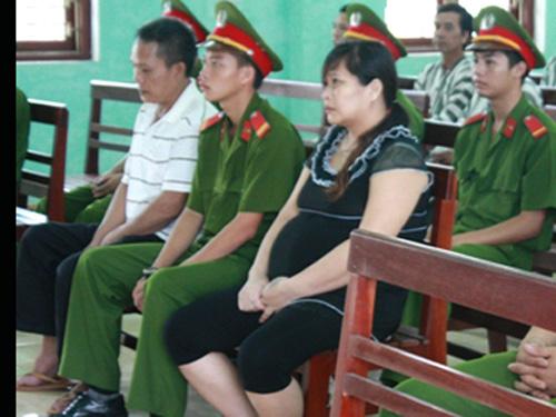 Bị cáo Đỗ Văn Lợi (áo trắng) và Nguyễn Thị Hà (áo đen) tại phiên tòa - Ảnh: VNE