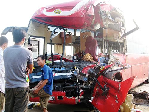 Xe khách giường nằm bị hư hỏng nặng phần đầu sau vụ tai nạn