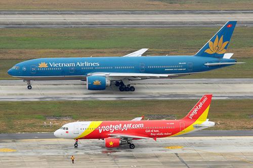 Hai máy bay Vietnam Airlines và VietJet Air đang trên đường lăn ở sân bay - Ảnh minh họa