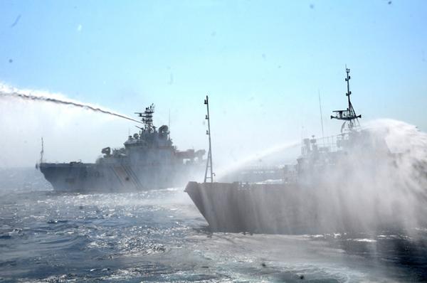 2 tàu Trung Quốc cùng hung hăng phun vòi rồng - Ảnh: VNE