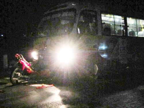 Hiện trường vụ tai nạn xe máy đấu đầu xe buýt