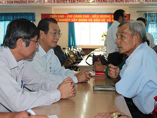 Các đại biểu Quốc hội TPHCM lắng nghe ý kiến góp ý của cử tri quận Bình Tân