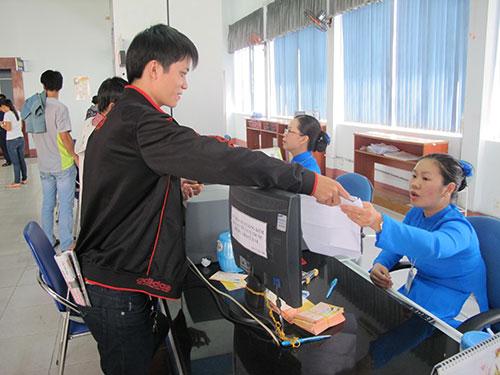 Hành khách đến ga Sài Gòn lấy số thứ tự để nhận vé tàu Tết
