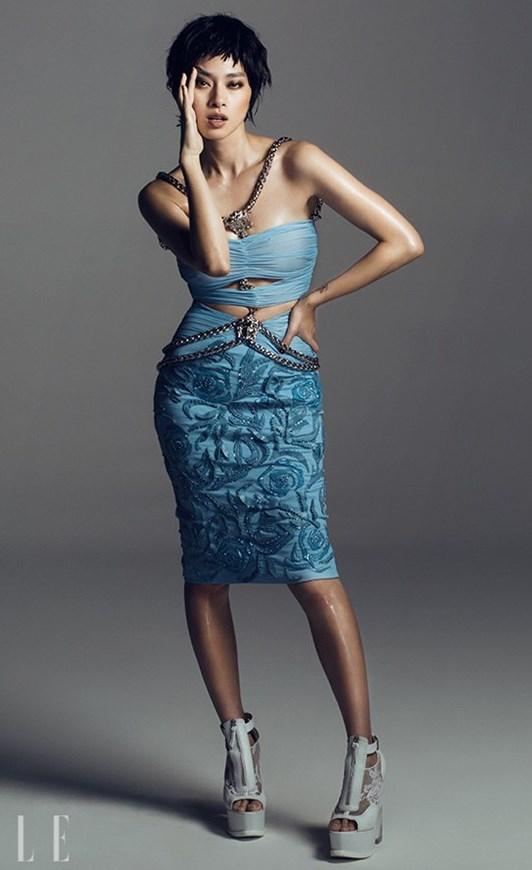 Người đẹp tự tin khoe đường cong trong mẫu thiết kế cut-out táo bạo, thuộc bộ sưu tập xuân hè 2014 của thương hiệu thời trang nổi tiếng - Versace.