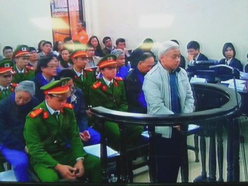 Bị cáo Nguyễn Đức Kiên (bầu Kiên) tại phiên tòa sáng 3-12 - Ảnh chụp qua màn hình
