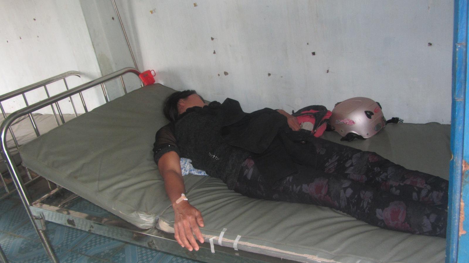 Bị cáo Nguyệt nằm chuyền nước ở trạm y tế thị trấn Lương Sơn