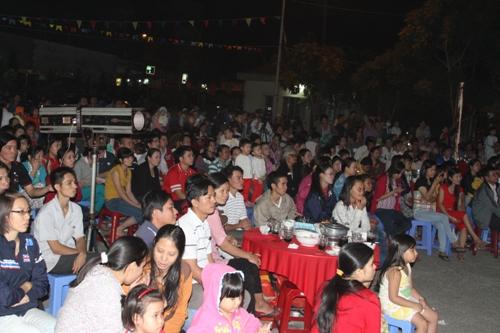 Hàng trăm người theo dõi các tiết mục trên sân khấu