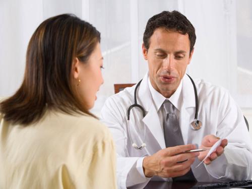 Bệnh nhân cần trò chuyện thẳng thắn về các biến chứng tiềm năng, tỉ lệ biến chứng và cách kiểm soát các biến chứng ấy