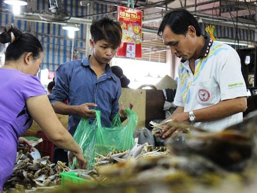 Mỗi ngày, một gian hàng có thể bán ra từ 50-100 kg. Trừ đi các chi phí vận chuyển, thuê mặt bằng tiểu thương có thể lãi đến 600.000 đồng.
