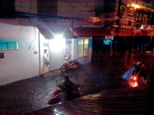 Ðừờng Nguyễn Xí (quận Bình Thạnh) bị ngập hơn nửa mét khiến nhiều xe chết máy.