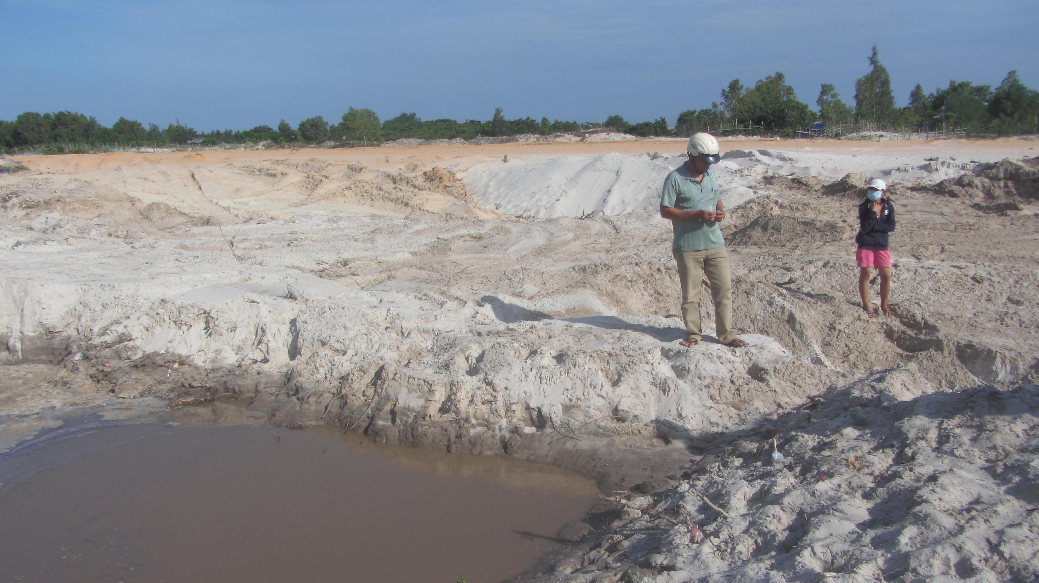 Đơn vị thi công đã lấp bớt hồ nước nơi em Xay tử vong