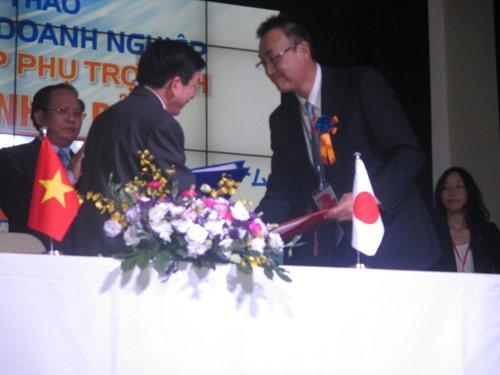 Đại diện Hiệp hội Doanh nghiệp Vừa và Nhỏ tỉnh Ehime và Ban Quản lý các Khu chế xuất - Công nghiệp TP HCM ký thỏa thuận hợp tác. A3nhL Tú Anh