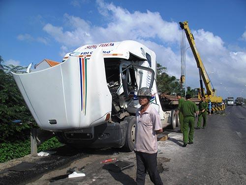Hiện trường vụ tai nạn làm 2 phụ xe tử vong