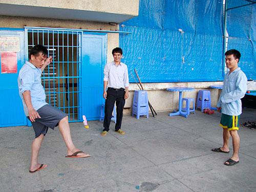Học viên và cán bộ Trung tâm Tư vấn cai nghiện ma túy quận Thủ Đức, TP HCM tham gia các hoạt động thể thao  Ảnh: HOÀNG TRIỀU