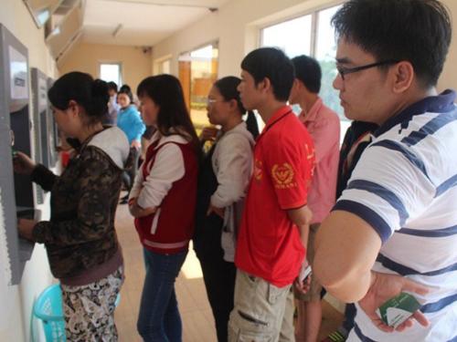 Nhiều công nhân cầm cố thẻ ATM chỉ để trang trải cuộc sống hằng ngày do đồng lương thấp (ảnh chụp tại KCN Biên Hòa 1).