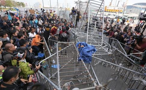 Người biểu tình hỗ trợ dọn dẹp chướng ngại vật tại khu vực biểu tình. Ảnh: SCMP