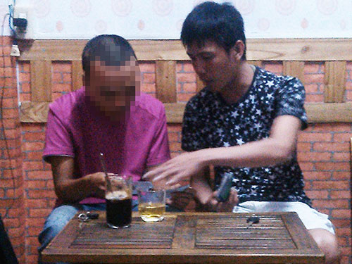 Cò Đệ (phải) bán vé chợ đen ở quán cà phê ngay sau ga Sài Gòn Ảnh: HOÀNG TRIỀU