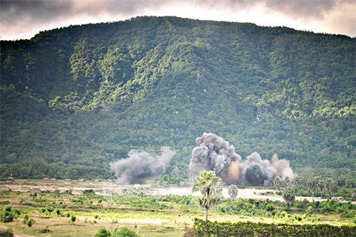 Máy bay tiêm kích Su-30 của Sư đoàn 370 (Quân chủng Phòng không – Không quân) công kích chính xác vào mục tiêu giả định.
