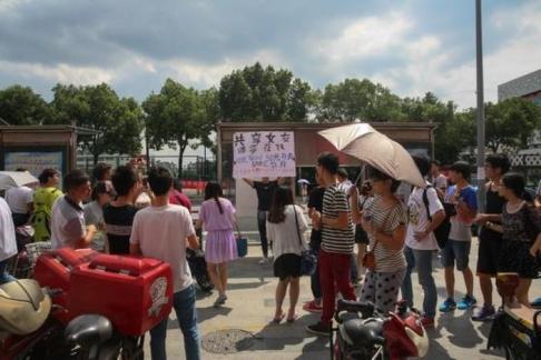 Một số người hiếu kỳ đứng coi. Ảnh: Weibo
