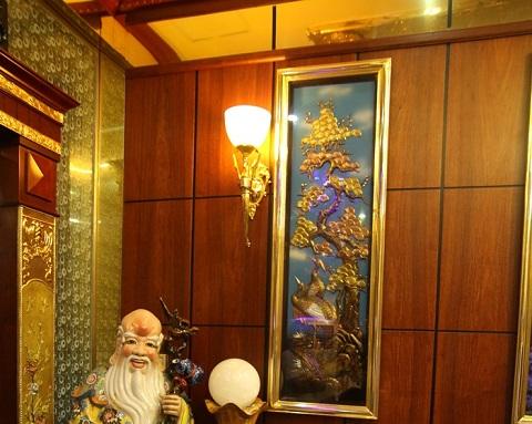 Các bức tranh treo tường cũng dùng chất liệu vàng để tạo hình.