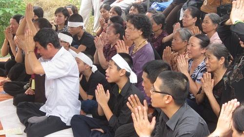 Gia đình, người thân làm lễ cùng chị Huyền trong ngày 7-8