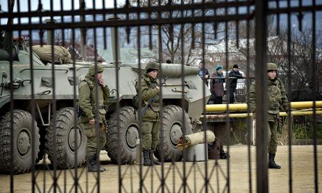 Bính lính canh gác bên ngoài căn cứ ở Feodosiya ngày 2-3. Ảnh: REX Features