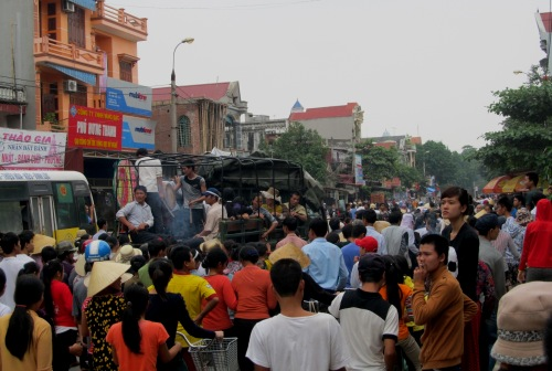 Hàng ngàn người thân và người dân đã mang quan tài sản phụ Xuân đi diễu phố hôm 19-10.
