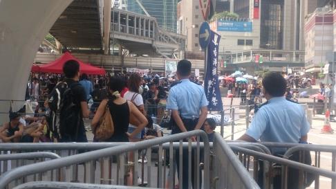 Lượng người biểu tình tăng lên vào trưa 30-9. Ảnh: SCMP