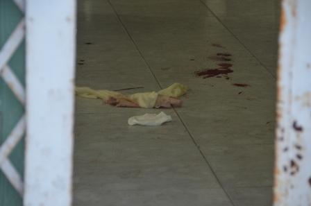 2.Vết máu của nạn nhân và hung thủ còn vương vãi trên nền nhà
