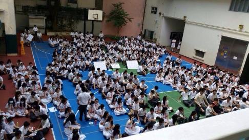Học sinh, sinh viên các trường trung học và cao đẳng trên bán đảo bãi khóa sáng 29-9. Ảnh: SCMP