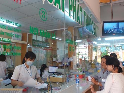 Người bệnh chờ nhận thuốc tại nhà thuốc bệnh viện công lập TP HCM  Ảnh: NGUYỄN THẠNH
