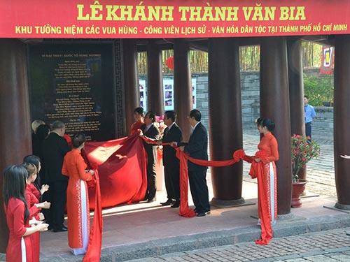 Lãnh đạo TP HCM thực hiện nghi thức khánh thành văn bia tại Khu Tưởng niệm các Vua Hùng Ảnh: PHAN ANH