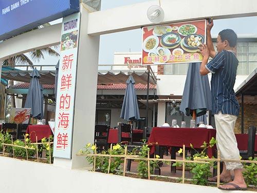 Tháo dỡ biển hiệu quảng cáo bằng tiếng Hoa sai quy định tại nhà hàng hải sản Hưng Phát, TP Đà Nẵng