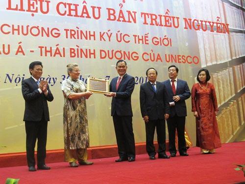 Trưởng đại diện Văn phòng UNESCO Hà Nội Katherine Muller - Marine trao bằng Di sản Tư liệu Châu bản triều Nguyễn cho Bộ trưởng Bộ Nội vụ Nguyễn Thái Bình