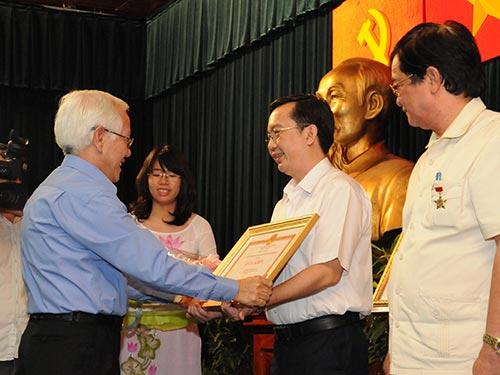 Chủ tịch UBND TP HCM Lê Hoàng Quân tặng bằng khen cho các đơn vị có nhiều đóng góp trong công tác đối ngoại của TP Ảnh: HỒNG THÚY