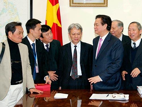 Thủ tướng Nguyễn Tấn Dũng trao đổi với các chuyên gia kinh tế Ảnh: NHẬT BẮC