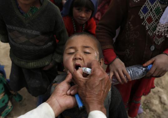 Trẻ em nhận thực phẩm và thuốc men từ các tổ chức cứu hộ. Ảnh: Reuters
