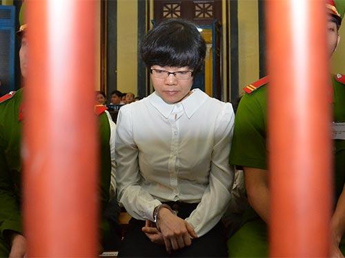 Siêu lừa Huỳnh Thị Huyền Như trong phiên tòa xét xử tại TP HCM tháng 1-2014 Ảnh: TẤN THẠNH