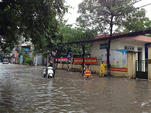 Đường phố Hà Nội biến thành sông do mưa lớn, sáng 17-7 Ảnh: PHƯƠNG NHUNG