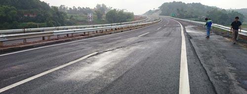 Vị trí nứt mặt đường trên tuyến cao tốc Nội Bài - Lào Cai Ảnh: VÕ ĐỊNH