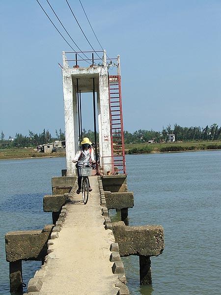 """Cầu """"vĩnh biệt"""" bắt ngang sông Trường Giang, Quảng Nam,"""