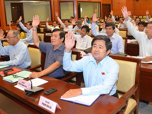 Các đại biểu HĐND TP HCM biểu quyết thông qua Nghị quyết về hỗ trợ giáo dục mầm non của TP Ảnh: TẤN THẠNH