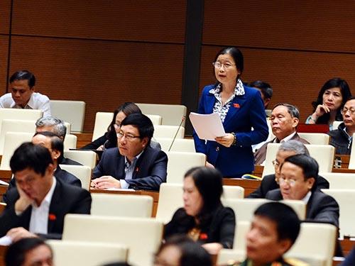 Đại biểu Đỗ Thị Hoàng (Quảng Ninh) bày tỏ bức xúc về tình trạng lao động nước ngoài không có tay nghề  tràn vào Việt Nam Ảnh: HOÀNG NGỌC