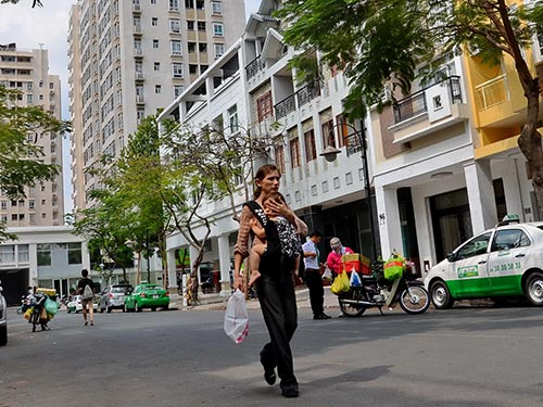 Luật Nhà ở (sửa đổi) tạo nhiều điều kiện người nước ngoài mua nhà tại Việt Nam. Trong ảnh: Người nước ngoài cư trú khá nhiều tại khu Phú Mỹ Hưng, quận 7, TP HCM Ảnh: TẤN THẠNH