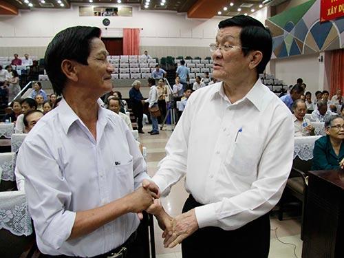 Chủ tịch nước Trương Tấn Sang tiếp xúc cử tri quận 4, TP HCM  Ảnh: HOÀNG TRIỀU