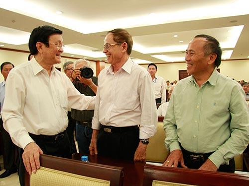 Chủ tịch nước Trương Tấn Sang trao đổi với các cử tri Ảnh: HOÀNG TRIỀU