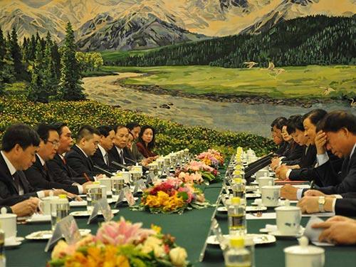 Cuộc hội đàm giữa Thường trực Ban Bí thư Lê Hồng Anh với Bí thư Ban Bí thư  Trung ương Đảng Cộng sản Trung Quốc Lưu Vân Sơn ngày 27-8Ảnh: TTXVN
