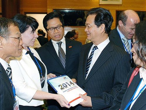 Thủ tướng Nguyễn Tấn Dũng trao đổi với các đại biểu bên lề hội nghị Ảnh: NHẬT BẮC