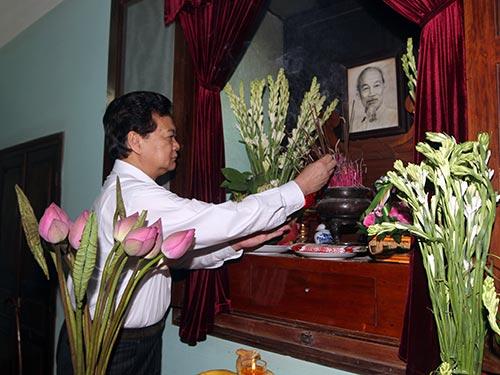 Thủ tướng Nguyễn Tấn Dũng thắp hương tưởng nhớ Chủ tịch Hồ Chí Minh Ảnh: HOÀNG BẮC