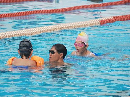 Học sinh học bơi tại CLB Yết Kiêu, TP HCM. Bể bơi đầu tư tại trường là điều còn xa vời Ảnh: TẤN THẠNH